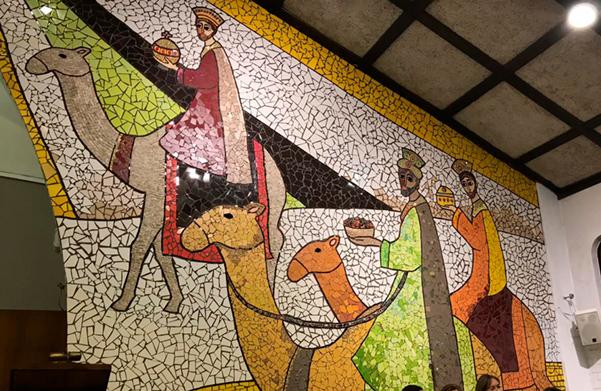 Inauguran mosaico de 97 m2 en la Parroquia Natividad del Señor, comuna de La Reina. realizado por Cecilia Claro, generación '82.